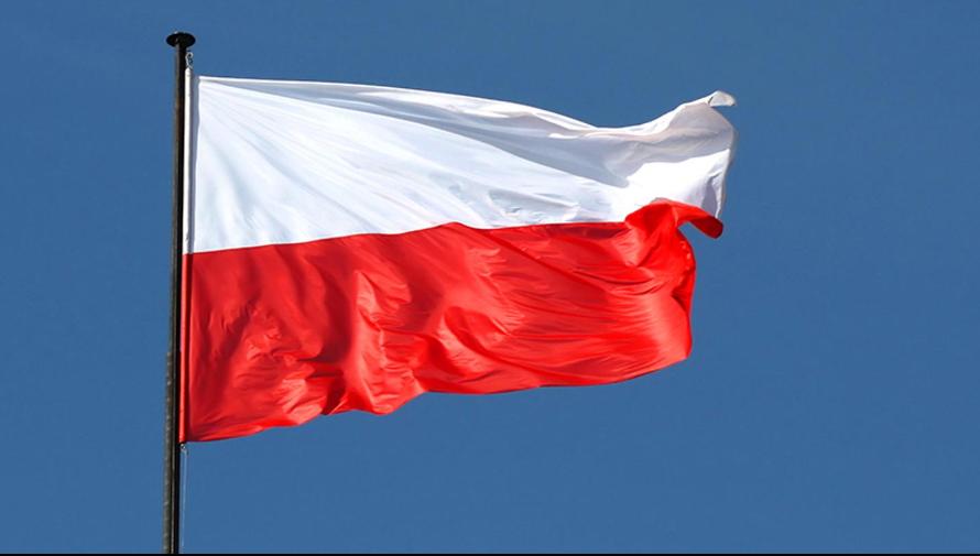 flaga biało czerwona na tle niebieskiego nieba