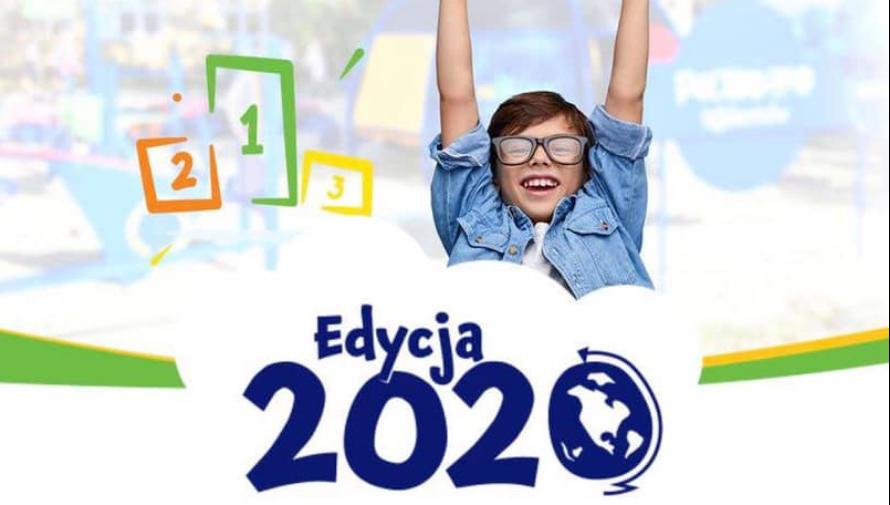 Banner z napisem Edycja 2020 i wizerunkiem chłopca w okularach, który podnosi ręce do góry w zwycięskim geście
